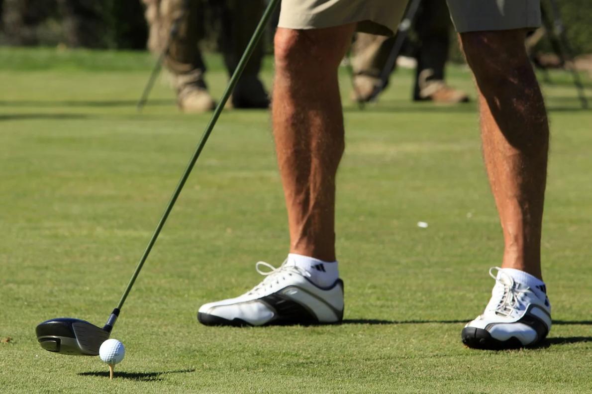 ゴルフ初心者が打つときの理想の足幅は?スタンスの取り方を解説!